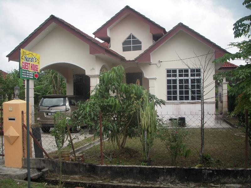 Halaman rumah: sisi sebelah kanan  Norah's Guest House